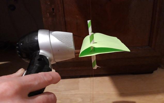 Experimentierbild: Fön hebt Windradflügel an