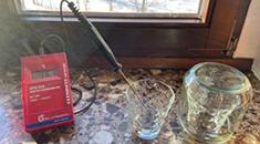 Temperaturmessgerät und Gläser, Messgerät im Glas