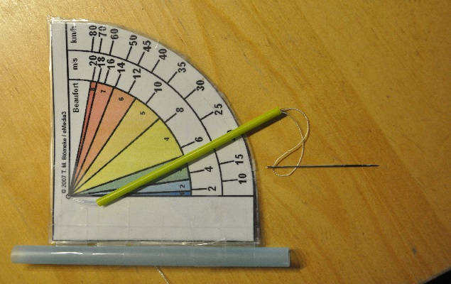 Bauanleitung Windstärkemesser: Strohhalm auffädeln