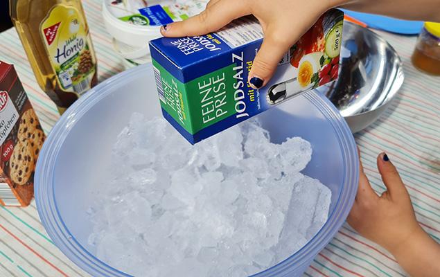 """Experimentieranleitung """"Eismaschine ohne Strom"""": Eis salzen"""