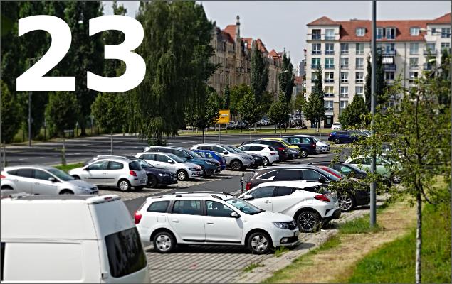 Parkende Autos in Stadt und Zahl 23