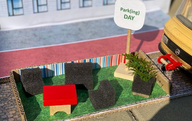 Pappmodell Parkplatz als Sitzecke