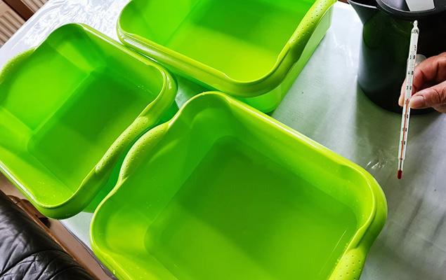 3 grüne Schüsseln mit Wasser und Thermometer